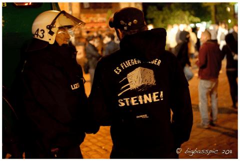Polizist und Anwohner (Flora) im Gespräch